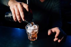 Barmixer bereitet ein Cocktail vor stockbilder