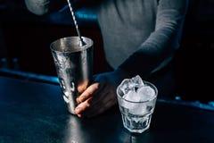 Barmixer bereitet ein Cocktail vor lizenzfreie stockfotos