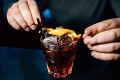 Barmixer bereitet ein Cocktail vor stockfoto