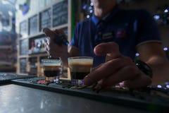 Barmixer bereitet kleines Cocktail zwei vor Stockbilder