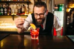 Barmixer, der Alkohol coctail im Restaurant macht Stockfotografie