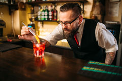 Barmixer, der Alkohol coctail im Restaurant macht Stockbild