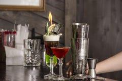 Barmixer, der Alkohol coctail im Restaurant macht Lizenzfreies Stockbild