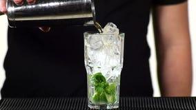 Barmixer, der das mojito Cocktailgetränk, langsam vorbereitet stock footage