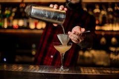 Barmixer, der ein achoholic Getränk des Daiquiri vom Cocktail pourring ist stockbilder