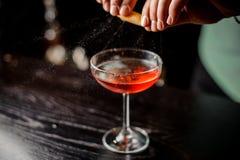Barmixer, der entspannendes Cocktail am Barhintergrund kein Gesicht macht Lizenzfreie Stockfotografie