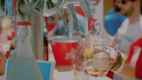 Barmixer am Festival gießen Alkoholgetränk stock video footage