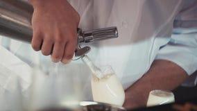 Barmixer gießen Schaumgetränk vom Kran im Glas auf Barstand alcohol cocktail stock video
