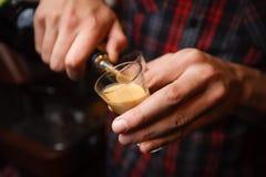 Barmixer gießt eine Nahaufnahme des Cocktails b 52 Stockbild