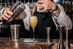 Barmixer macht ein Cocktail Lizenzfreie Stockfotos