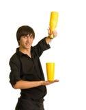 Barmixer tut einen Trick mit einem Rüttler und einer Flasche stockfotos