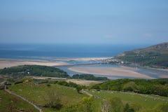 Barmouth zandig die strand van de heuvels hierboven wordt bekeken Royalty-vrije Stock Foto's