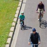Barn är aktivt involverade i cyklisterna som ` ståtar i Magdeburg, Tyskland f.m. 17 06 2017 Arkivfoto