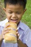 Barn äter bröd Royaltyfria Bilder