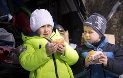 Barn äter snabbmat Arkivfoton