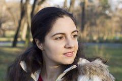 barn åt sidan för kvinna för lookinpark Arkivfoton