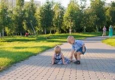Barn arbetar i parkera Arkivfoton
