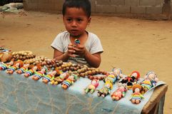 Barn-arbete: Stående av en ung pojke som säljer souvenir Royaltyfria Bilder