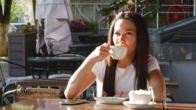 Barn attraktiv kvinna som dricker kaffe på gatan stock video