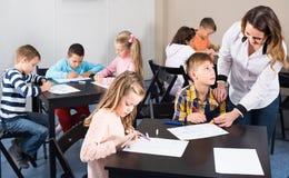 Barn av den elementära åldern som har grupp av konst arkivfoton