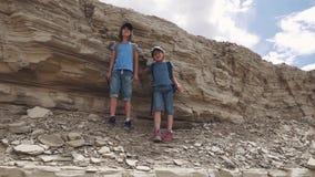 Barn av handelsresande står på klippan och beundrar sikten lager videofilmer