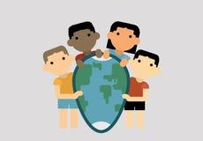Barn av olika nationer klamra sig fast intill planetjorden i formen en sköld som Royaltyfri Bild