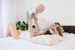 Barn av tre systrar i morgonen på sängen i sovrummet fotografering för bildbyråer