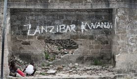 Barn av zanzibar som spelar utanför bland, fördärvar, Tanzania Fotografering för Bildbyråer