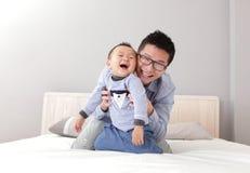 Barn avlar lek med hans sonpojke Royaltyfri Foto