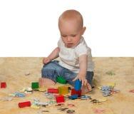 Barn behandla som ett barn att leka med bildas toys Royaltyfri Foto