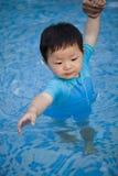 Barn behandla som ett barn i simbassängen Fotografering för Bildbyråer