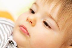 Barn behandla som ett barn flaskflickan Stående skjutit huvud royaltyfri fotografi