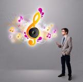 Barn bemannar att sjunga, och lyssna till musik med musikal noterar Arkivbild