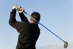 Barn bemannar den svängande golfklubben Royaltyfri Bild