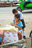 Barn binder in blommor på blommamarknaden i Bangkok Royaltyfria Bilder
