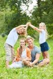 Barn bygger ett tak med deras händer royaltyfri fotografi