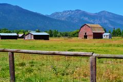 barn country old red royaltyfri foto