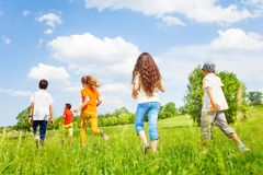 Barn drar tillbaka spring i annan riktning Arkivbild