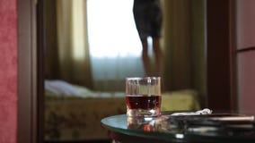 Barn drucken rolig banhoppning för arabisk flicka på en säng närbildexponeringsglas av konjak stock video