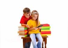 Barn - en pojke- och flickaläsningeBook Arkivbilder