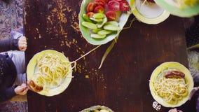 Barn`en s räcker att sätta pasta i plattorna arkivfilmer