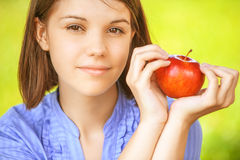 barn för äppleholdingkvinna Royaltyfria Bilder