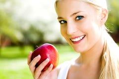 barn för äppleholdingkvinna Royaltyfri Bild