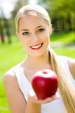 barn för äppleholdingkvinna Royaltyfri Foto