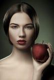 barn för äppleståendekvinna arkivbilder