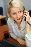 barn för affärskvinnatelefonsamtal Arkivbild