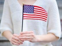 barn för amerikanska flagganholdingkvinna Royaltyfria Foton