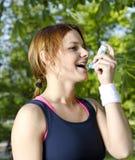 barn för astmaflickainhalator Arkivfoton