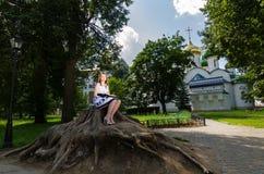 barn för avläsning för härlig bokflicka utomhus- Royaltyfria Foton