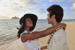 barn för blandad race för strandpar Royaltyfria Foton